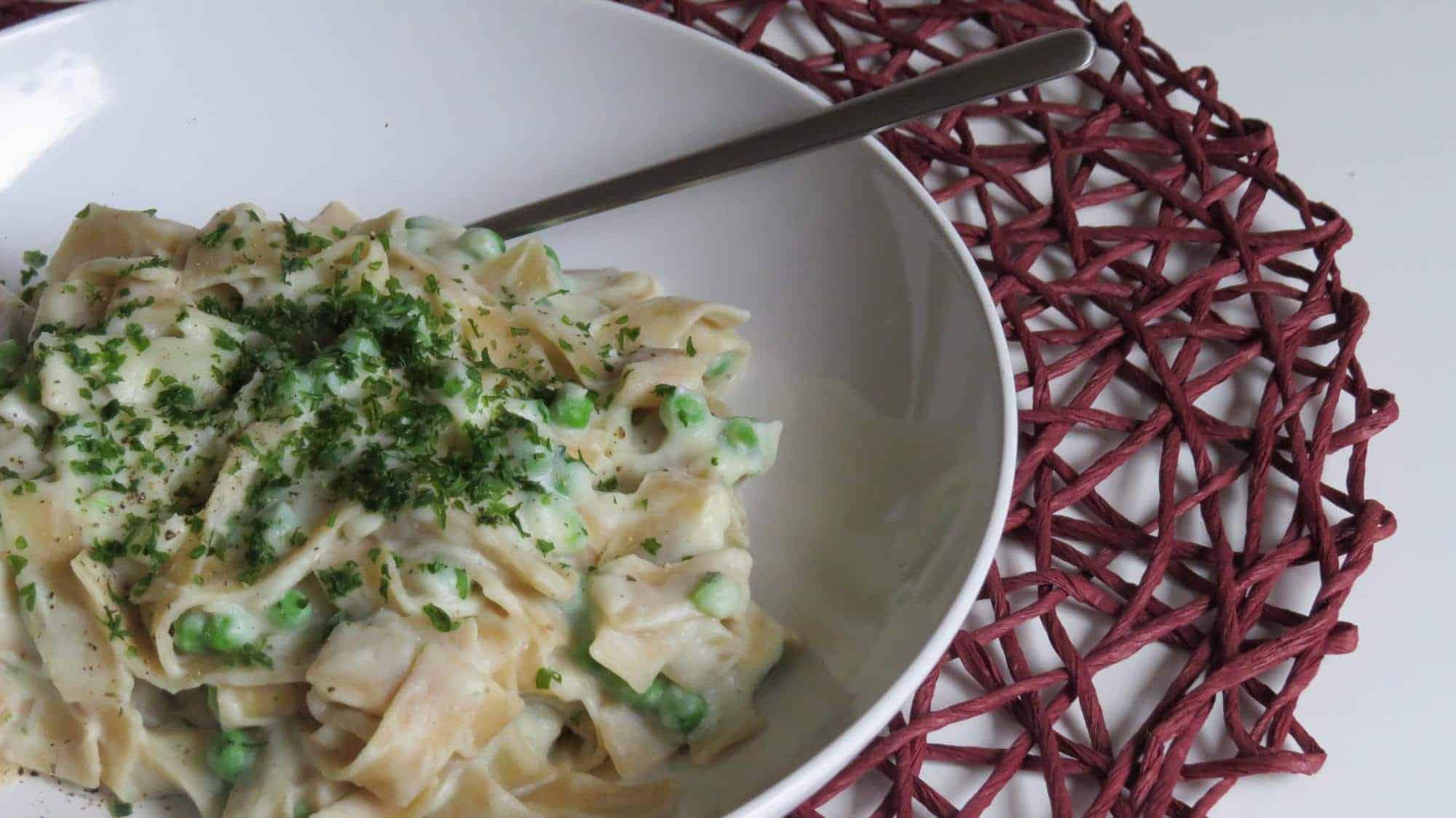 Vegane Blumenkohl-Alfredo-Sauce mit Pasta