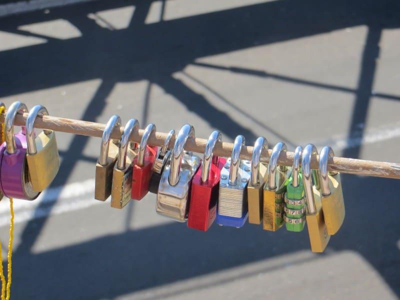 Schlösser auf der Brooklyn Bridge