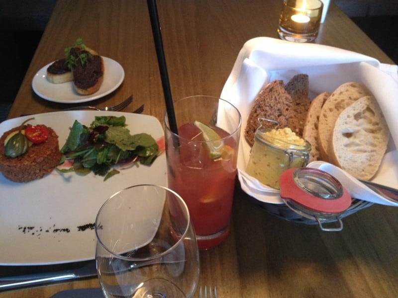 Unsere Vorspeise: veganes Tatar mit Wildkräutersalat und ein Brotkorb mit veganem Eiersalat