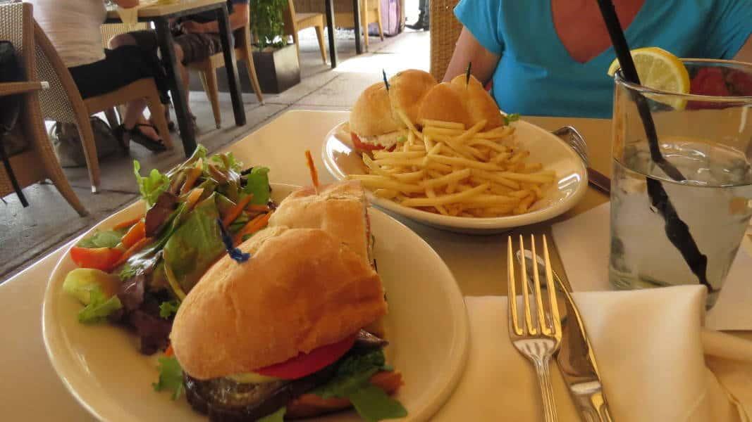 Sandwich mit Grillgemüse auf dem Ocean Drive in Miami