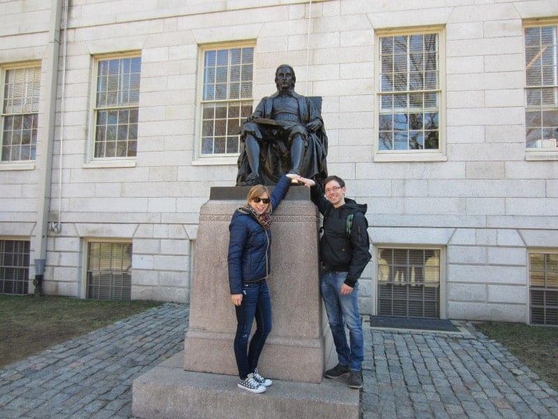 Harvard University - Angeblich soll es Glück bringen wenn man den linken Fuß von Mr. Harward reibt ;)