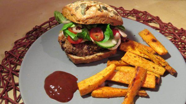 Chia-Kidneybohnen-Burger mit Süßkartoffelpommes