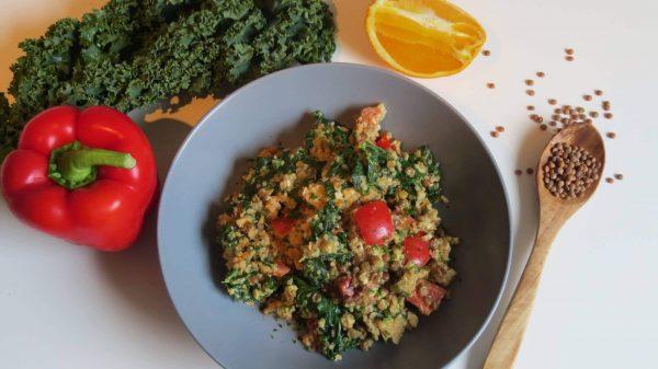 Quinoa-Pfanne mit Linsen, Grünkohl und einer Tahini-Orangen-Senf Sauce