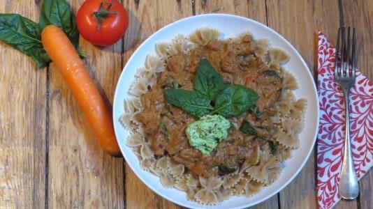 Spinat-Cashewricotta-Tomatensauce mit Vollkornnudeln