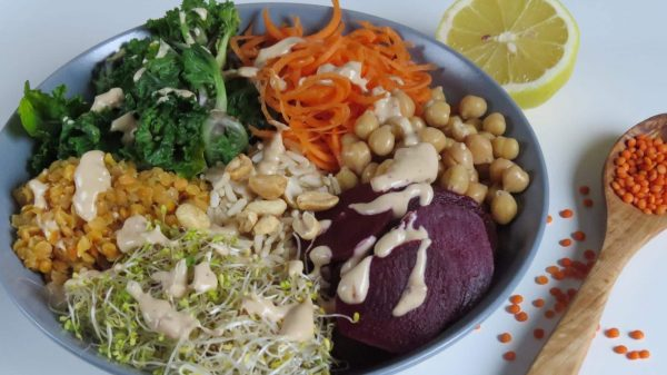 Energy Bowl mit Erdnuss-Kokos Sauce