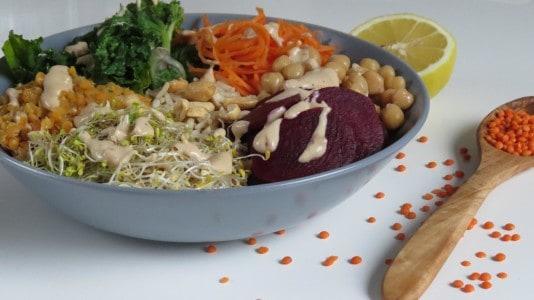 Energy Bowl mit Erdnuss-Kokos-Sauce und Flower Sprouts
