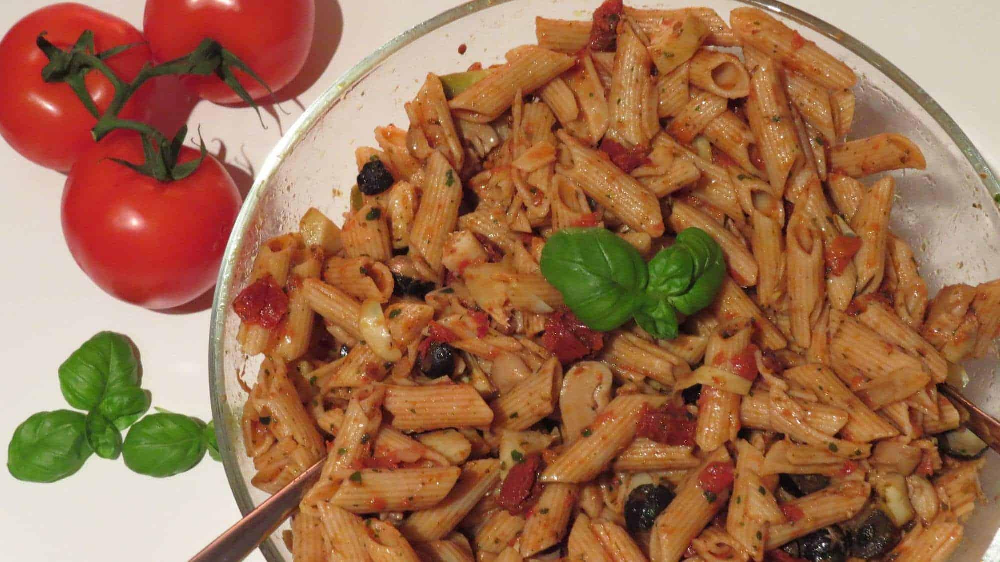 Italienischer Nudelsalat mit getrockneten Tomaten, Artischocken und Oliven
