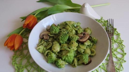 Feldsalat-Walnuss Pesto mit Pasta und Romanesco