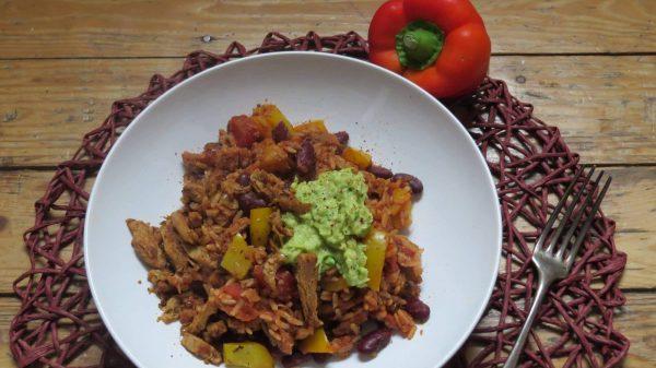 Mexikanische Reispfanne mit Soja-Schnetzel und Guacamole