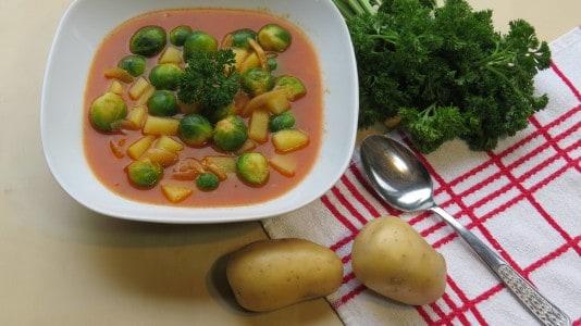 Vegane Rosenkohlsuppe mit Kartoffeln