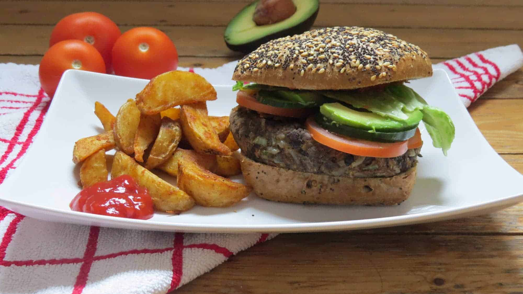 Vegane Black Bean Burger mit Avocado