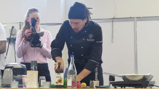 Björn Moschinski beim Kochen auf der Veggie World