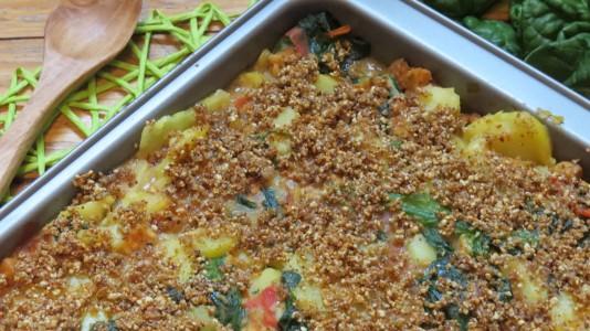 Veganes Kartoffelgratin mit Tempeh, Spinat und Tomaten