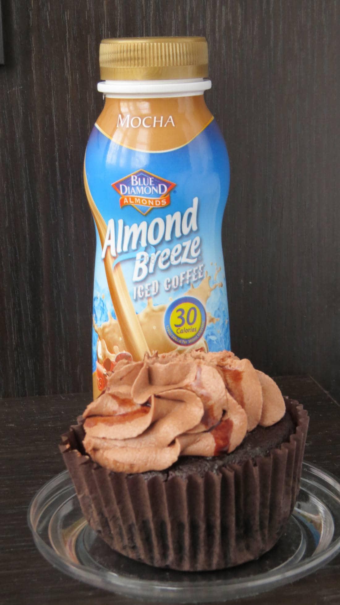 Almond Breeze und veganer Schoko Cupcake