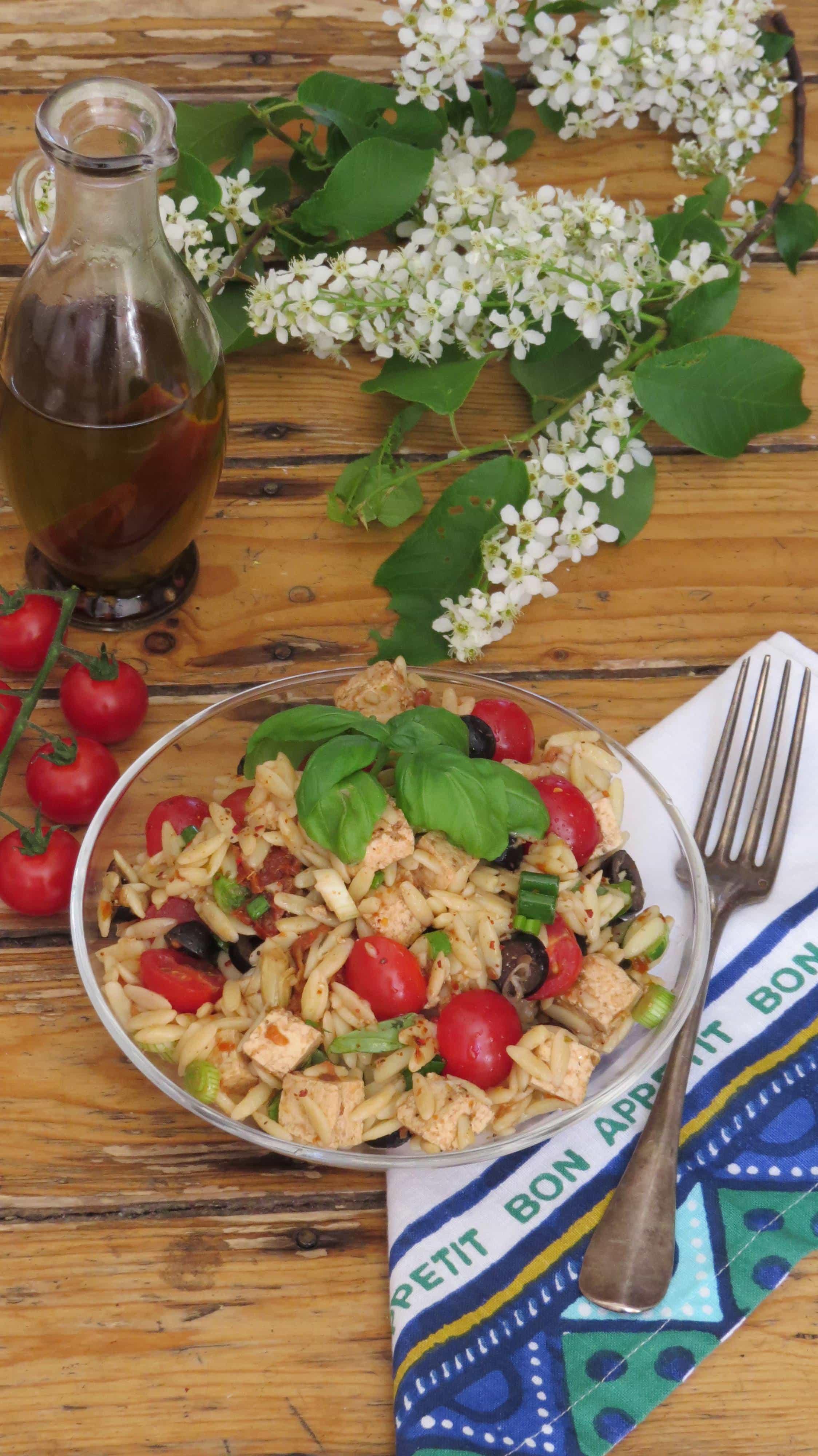 Mediterraner Orzo Salat mit Artischocken und Oliven