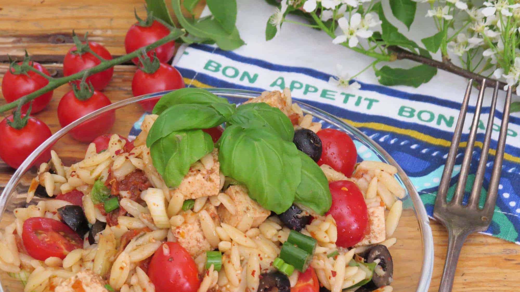 Mediterraner Orzo Salat mit Oliven