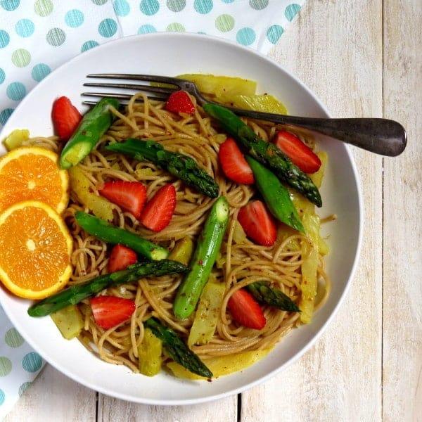 Vegane Frühlingsspaghetti mit grünem Spargel und Fenchel