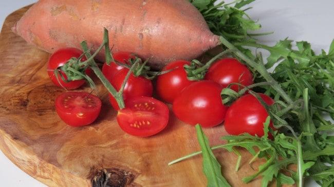 Vegane Gnocchipfanne mit Süßkartoffeln, Rucola und Kirschtomaten