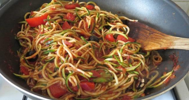 Zucchinispaghetti mit Tomaten-Paprika-Oliven Sauce