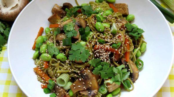 Soba Nudeln mit Gemüse und Sesam-Tofu