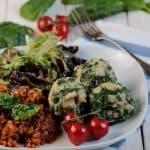 Vegane Spinat-Semmelknödel mit roten Linsen