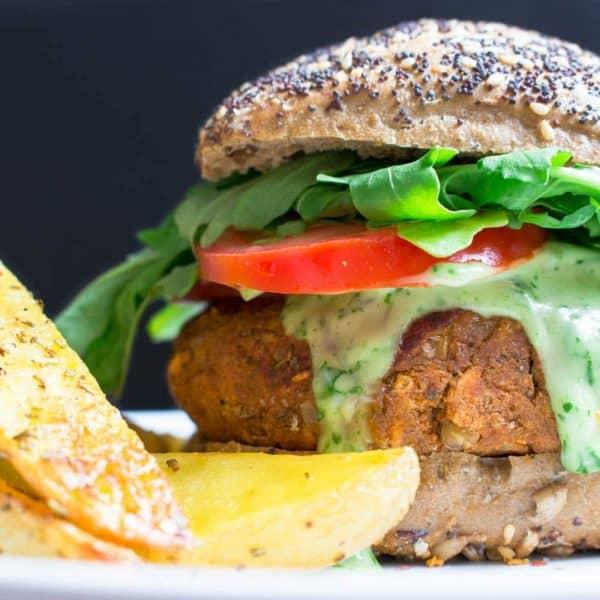 Veganer Linsen-Burger mit Basilikum Mayonnaise