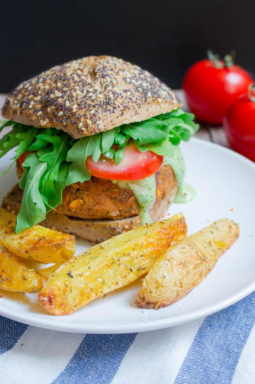 Veganer Linsen Burger mit Basilikum Mayonnaise