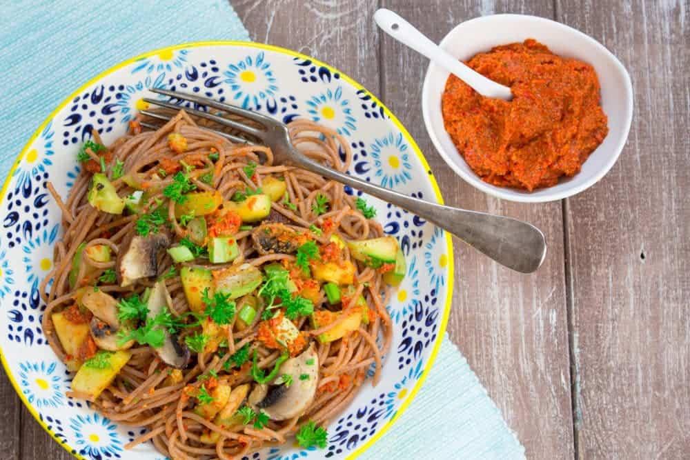 Paprika-Mandel Pesto mit Dinkelspaghetti