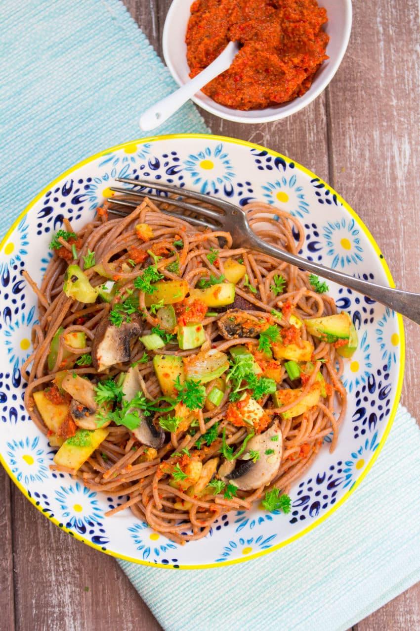Veganes Paprika-Mandel Pesto mit Dinkelspaghetti