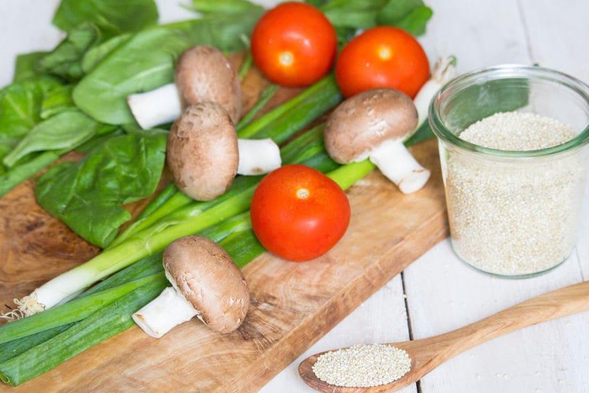 Quinoa Salat mit Pilzen und Spinat