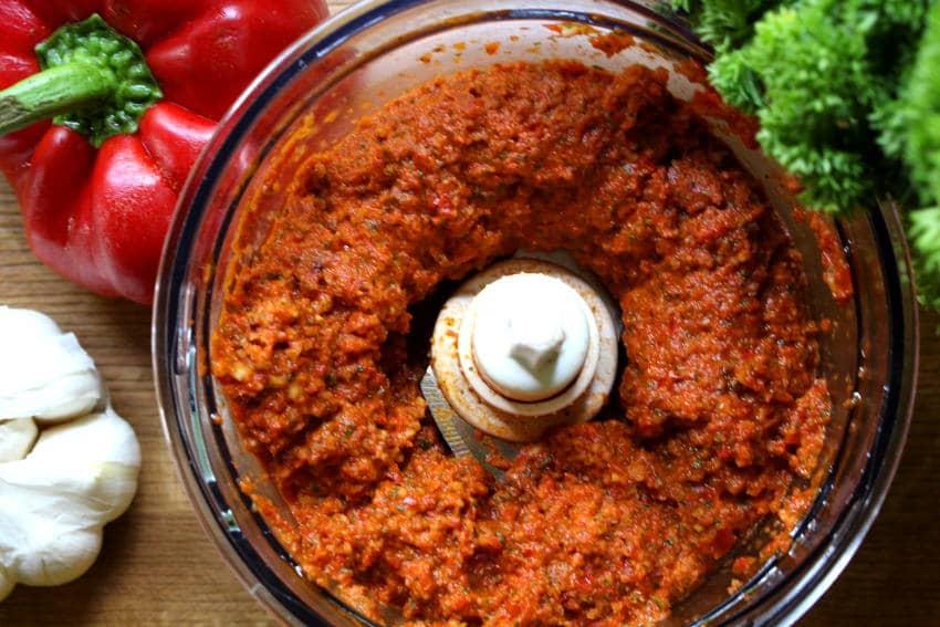 Veganes Paprika-Mandel Pesto mit Spaghetti