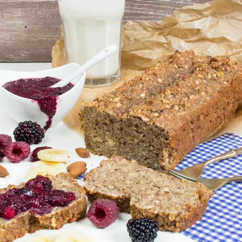 Veganes Quinoa-Bananen Brot mit Chia-Marmelade