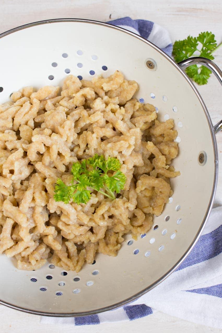 Vegane Käsespätzle mit Lauch und Räuchertofu