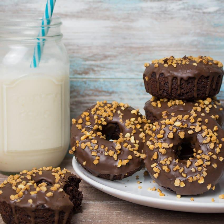 Vegane Donuts mit Schokolade und Haselnüssen
