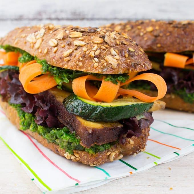 Veganes Tofu Sandwich mit Grünkohl Pesto