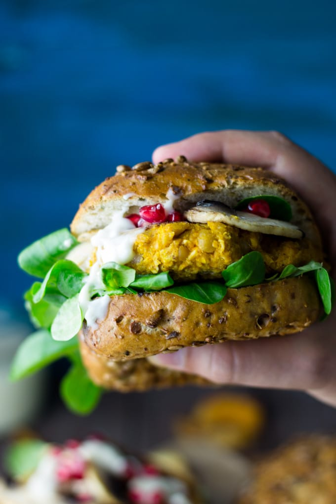 Veganer Kürbis Burger mit Granatapfel und Feldsalat