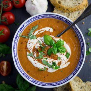 Vegane Tomatensuppe mit Basilikum