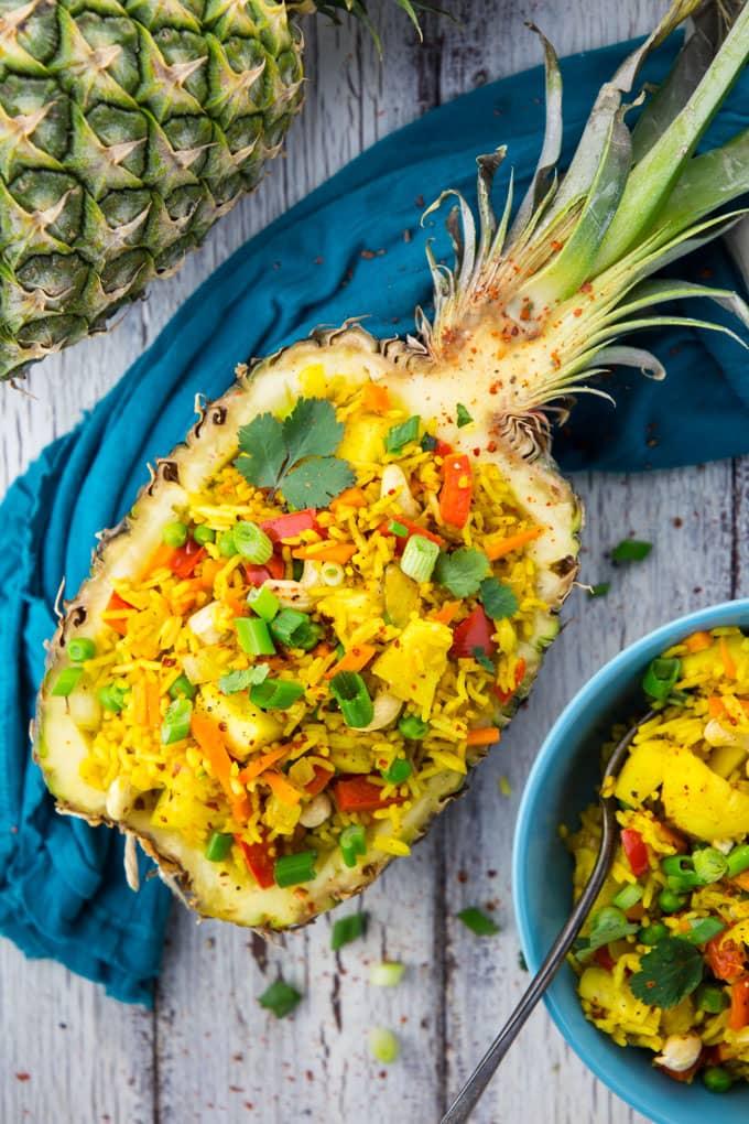 Gebratener Reis mit Ananas in einer Ananashälfte