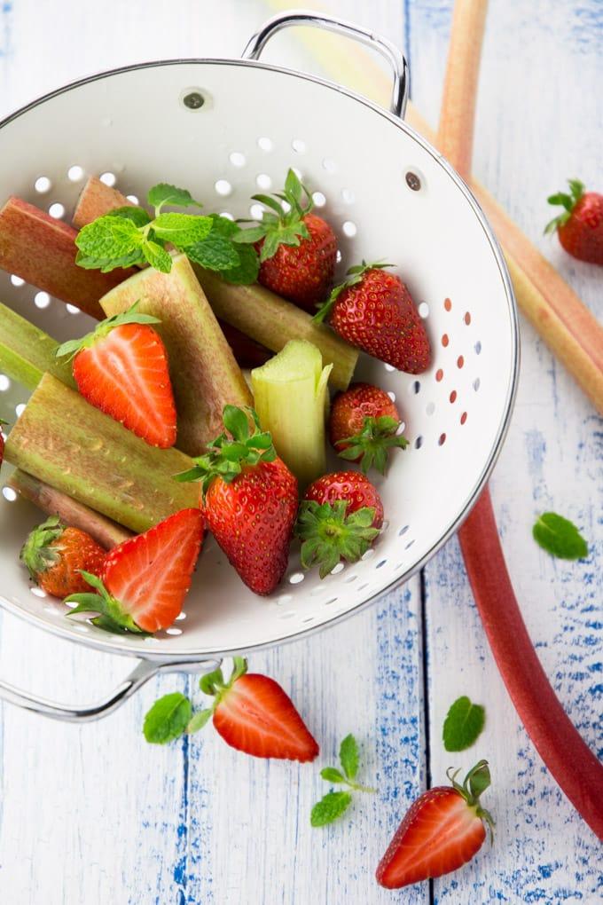 Rhabarber Sekt mit Erdbeeren und Minze