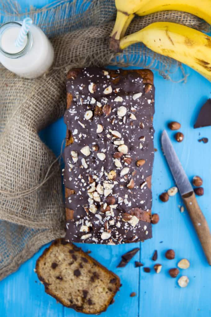 Veganes Bananenbrot mit Schokolade und Haselnüssen