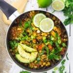 Quinoa Chili mit schwarzen Bohnen und Avocado