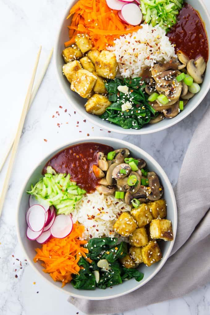 Zwei Schüsseln mit Bibimbap mit Tofu