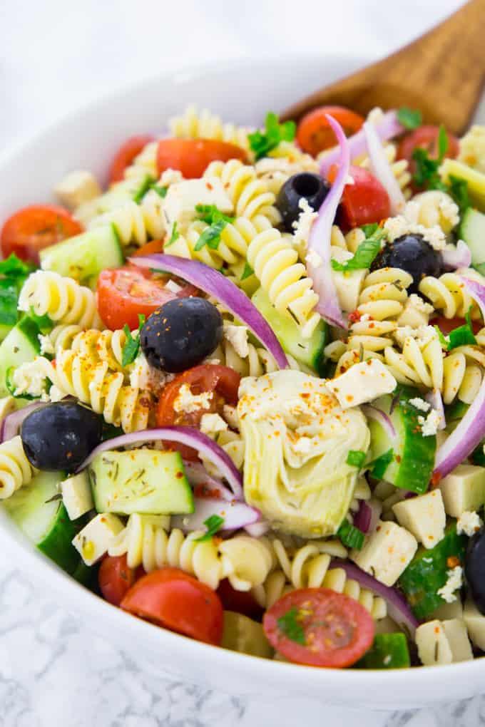 Griechischer Nudelsalat in einer Salatschüssel