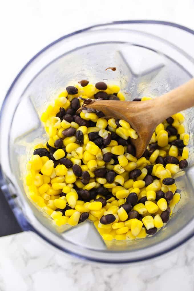 Mais und schwarze Bohnen im Mixer