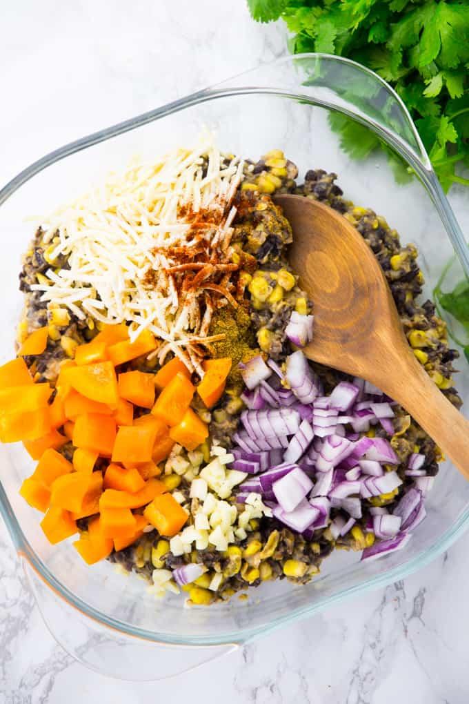 Mais, schwarze Bohnen, Paprika und rote Zwiebeln in einer Glasschüssel