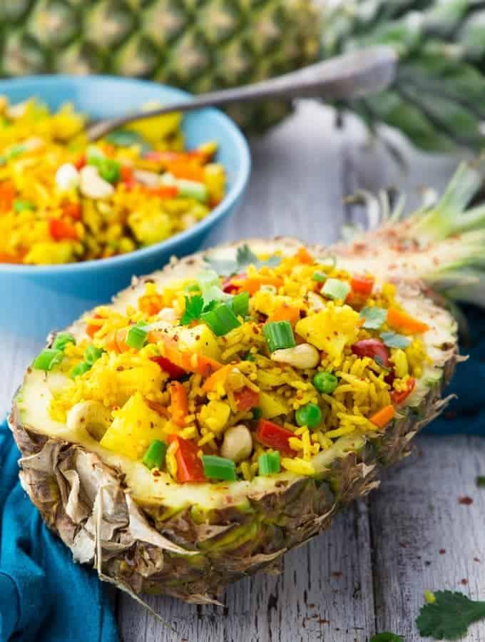 Eine Ananashälfte gefüllt mit gebratenem Reis mit Ananas