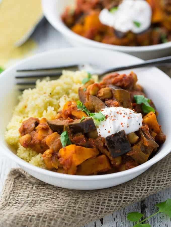 Ein weißer Teller mit Couscous und einer orientalischen Gemüsepfanne