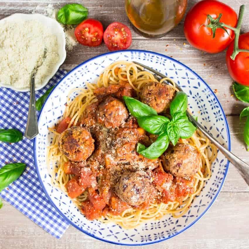 Ein Teller mit Spaghetti und Bean Balls und veganem Parmesan