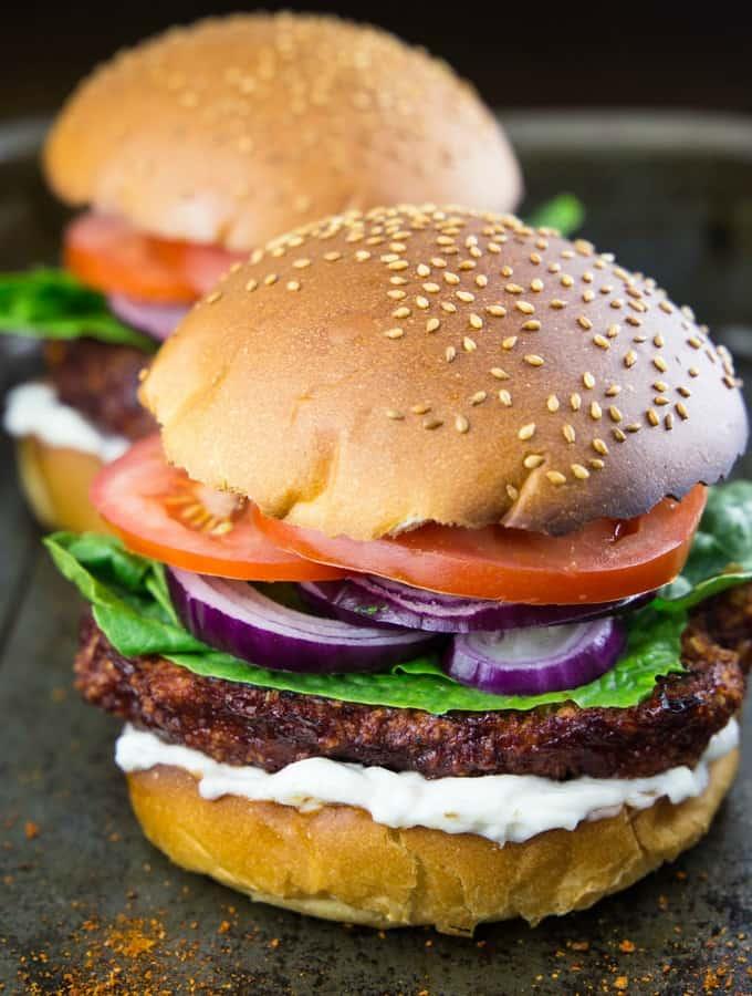 veganer Burger mit Blumenkohl mit einem weiteren Burger im Hintergrund