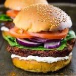 Veganer Burger mit BBQ Blumenkohl